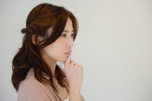 東京ロータス法律事務所を疑う女性